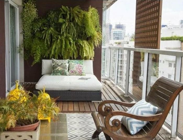 amenager-un-balcon-jardin-vertical-chaise-en-bois-et-sol-en-bois