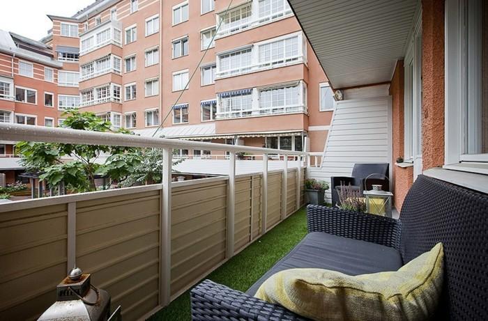 amenager-un-balcon-moderne-pelouse-artificielle-et-grand-canape