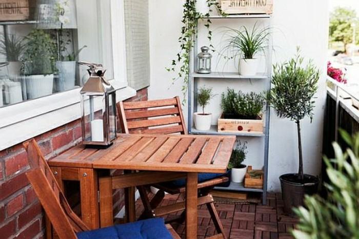amenager-un-balcon-table-en-bois-et-etagere-echelle