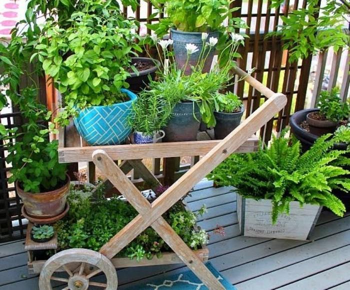 amenager-un-balcon-verdure-abondante-et-charette-en-bois
