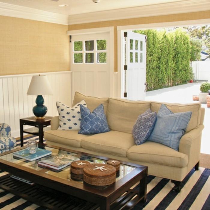 amenager-un-garage-en-chambre-canape-beige-coussins-bleus-en-motifs-geometriques