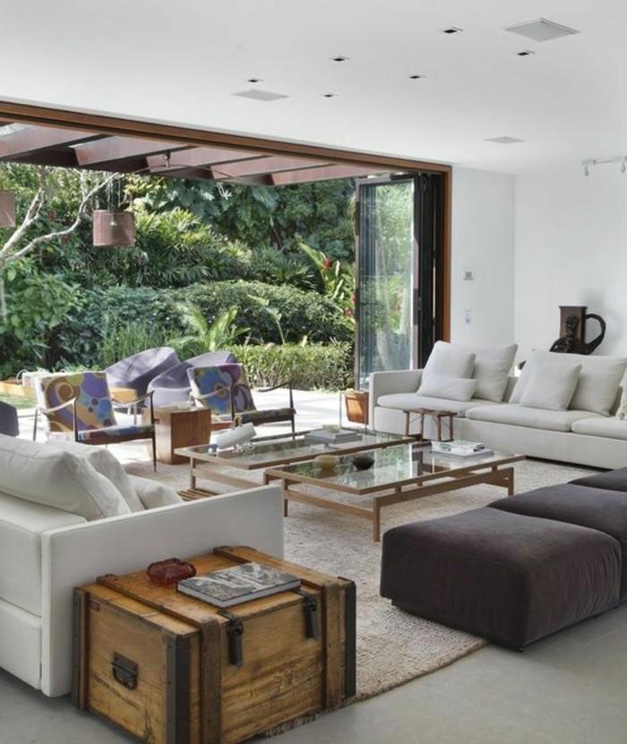 amenager-un-garage-en-chambre-meubles-en-palettes-table-en-verre-tapis-blanc