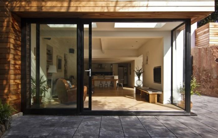 amenager-un-garage-en-chambre-salle-de-sejour-bien-range