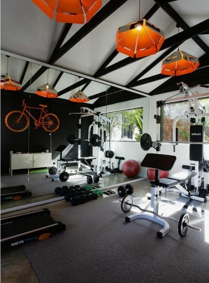 amenager-un-garage-en-chambre-salle-de-sport-velo-decoratif-plafond-avec-poutres-en-bois