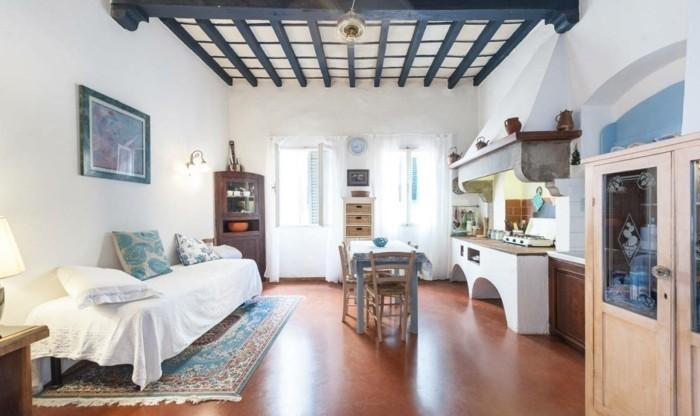 amenager-un-petit-appartement-de-caractere-plafond-en-poutre-de-bois
