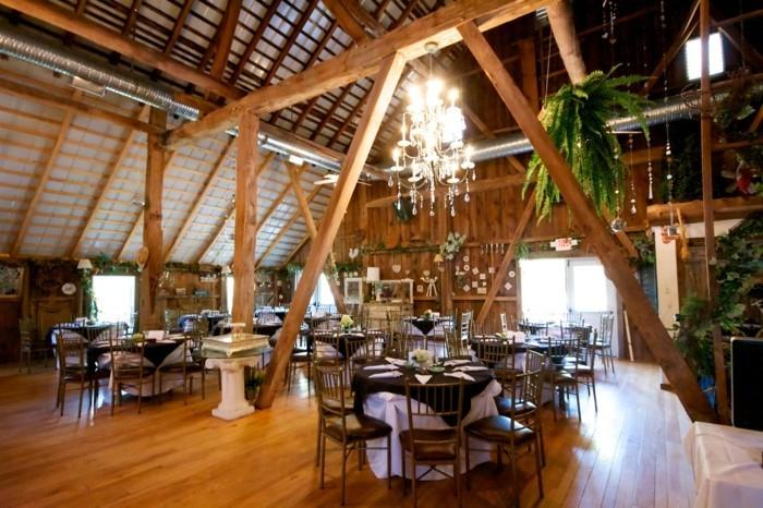 amenager-une-grange-deco-restaurant-plantes-vertes-lustre-en-cristaux-parquet-en-bois
