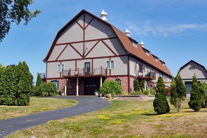 amenager-une-grange-facade-renouvelee-massive-jardin-vaste-printemps-ferme-transformee-en-maison
