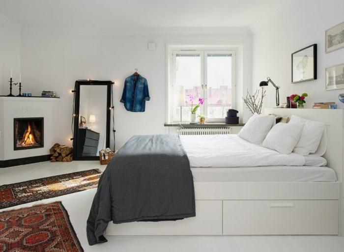 ambiance-scandinave-avec-quelques-motifs-orientaux-couleur-mur-blanc-lit-blanc-grand-miroir-taille-humaine-cheminee-touche-romantique