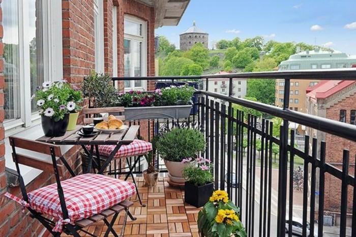 amenager-balcon-chaises-dexterieur-table-en-fer-et-bois