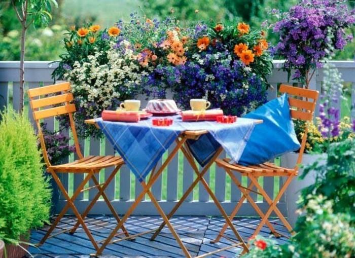 amenager-balcon-set-table-et-chaises-en-bois