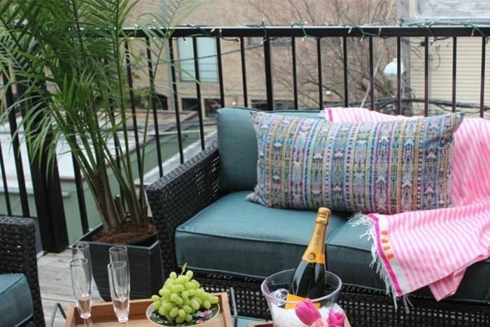 amenager-balcon-sofa-bleu-et-table-de-repas-prendre-ses-repas-au-balcon