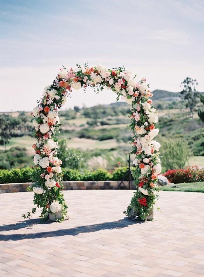 arche-florale-mariage-en-pleine-air-idée-déco