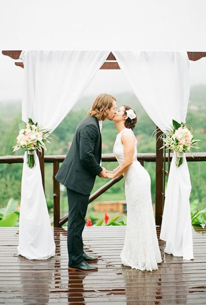 arche-mariage-élégante-en-tulle-blanc-mariage-en-pleine-air