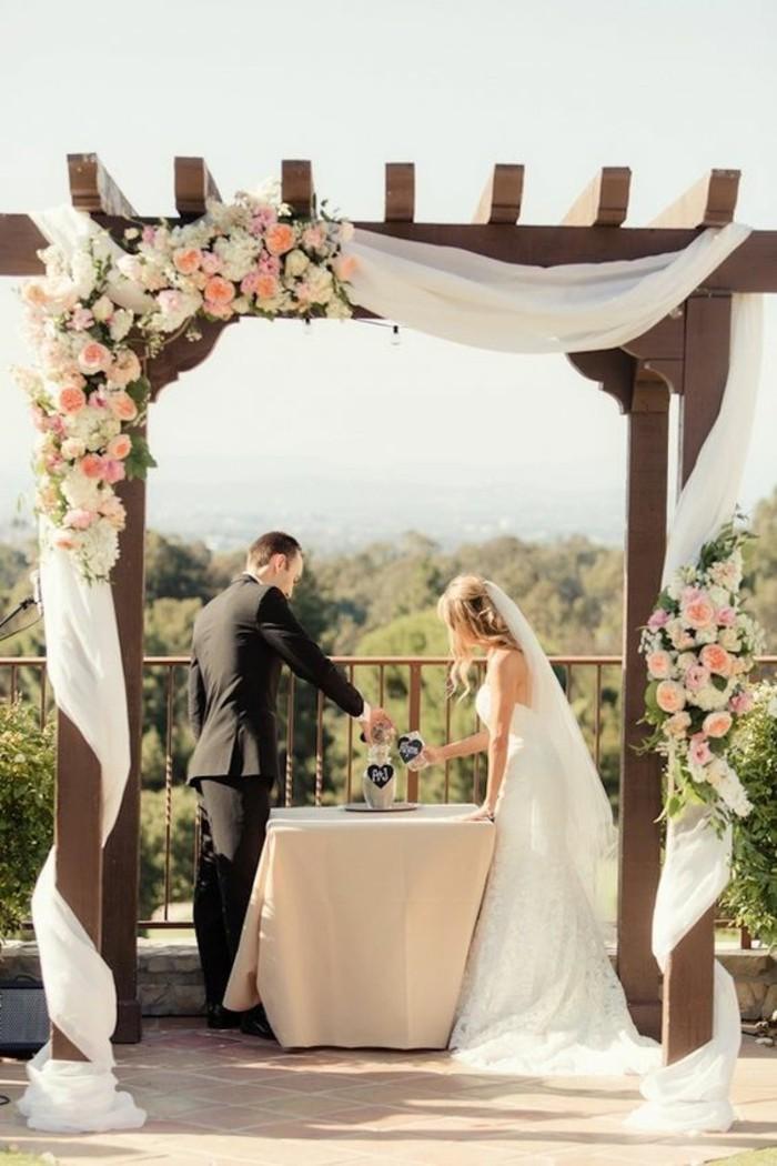 arche-mariage-en-bois-déco-en-tulle-et-fleurs