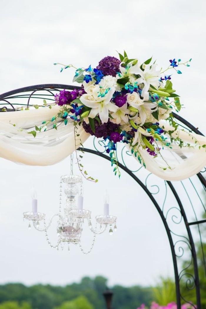 arche-mariage-métallique-lustre-bouquets-de-fleurs