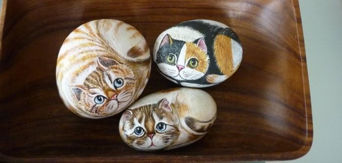 art-de-la-peinture-sur-pierre-galets-décorés-a-la-peinture-pour-figurer-de-petits-chatons-sur-pierre
