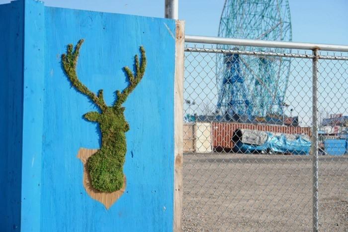 art-original-espace-urbaine-cerf-en-mousse-vegetale