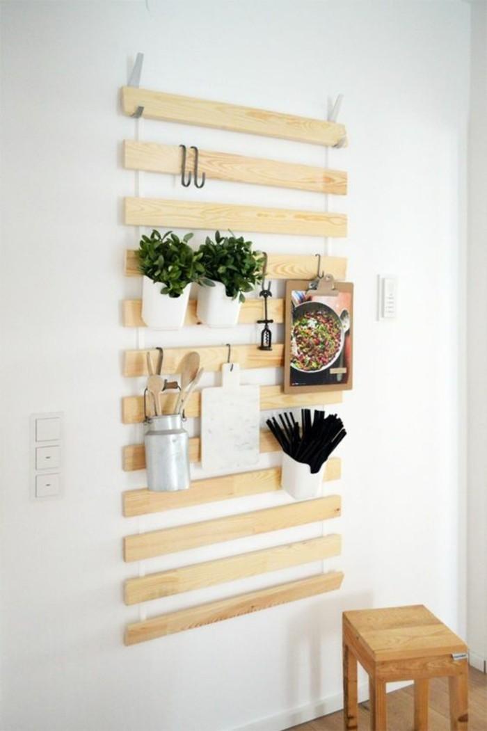 astuce-déco-dans-la-cuisine-tableau-d'accrochage-en bois