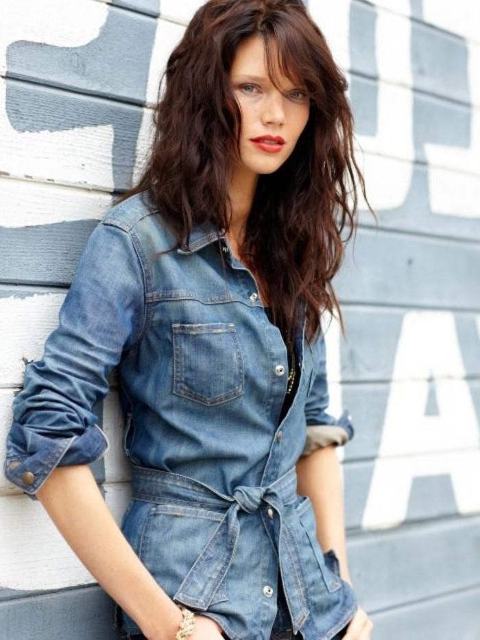 avec-quoi-porter-une-chemise-en-jean-beaute-feminine-cheveux-rouges-boucles