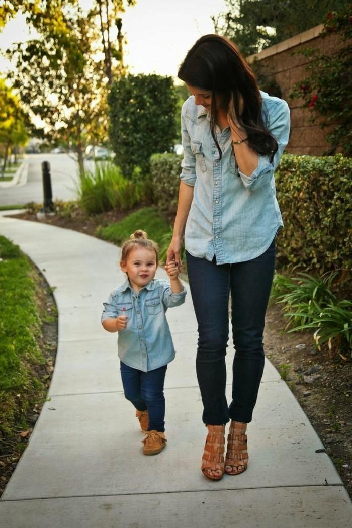 avec-quoi-porter-une-chemise-en-jean-maman-et-son-enfant-en-tenue-denim