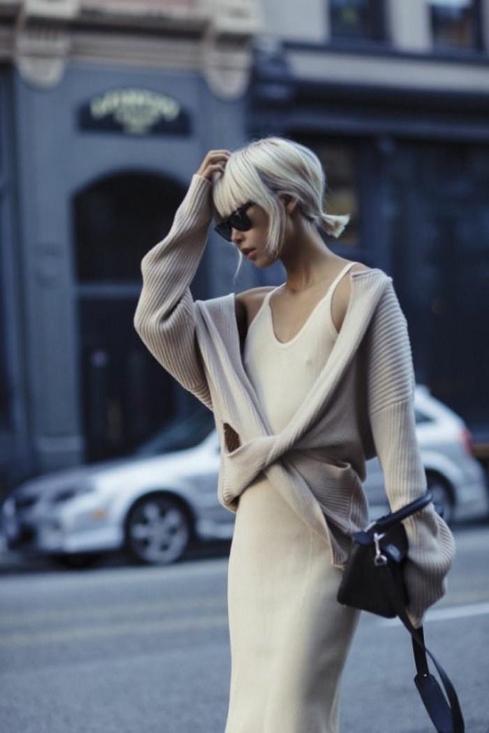 balayage-blond-platine-meche-blonde-platine-feminite-jolie-tenue