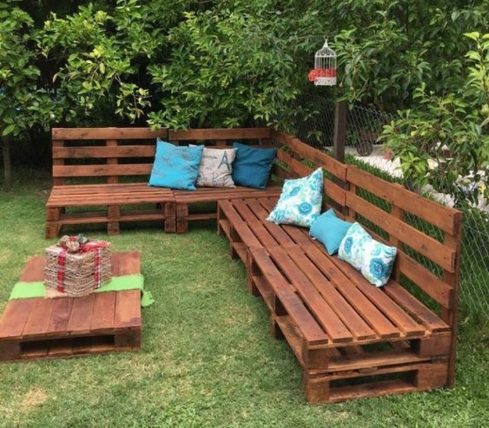 banc-en-palette-dans-un-salon-de-jardin-en-palette-en-plein-air-idée-comment-aménager-un-coin-repos-jardin