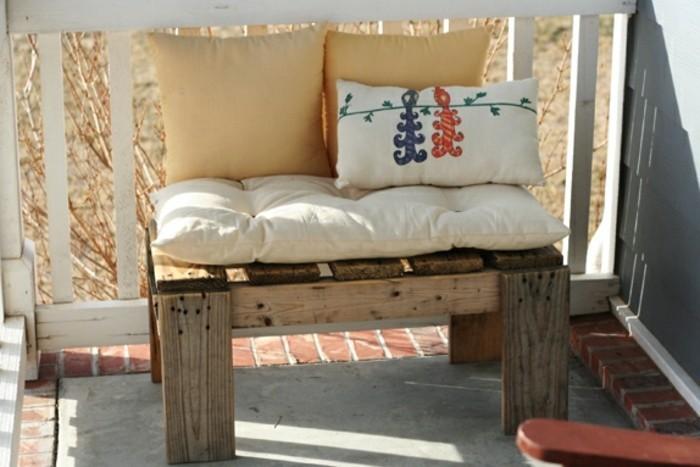 banc-en-palette-mianiature-avec-des-coussins-d-assise-couleur-blanc-cassé-coussins-couleurs-jaunes
