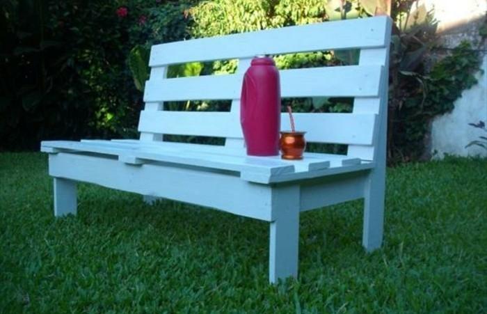 banc-en-palette-repeint-en-blanc-pour-un-jardin-idee-de-meuble-en-palette-à-faire-soi-meme