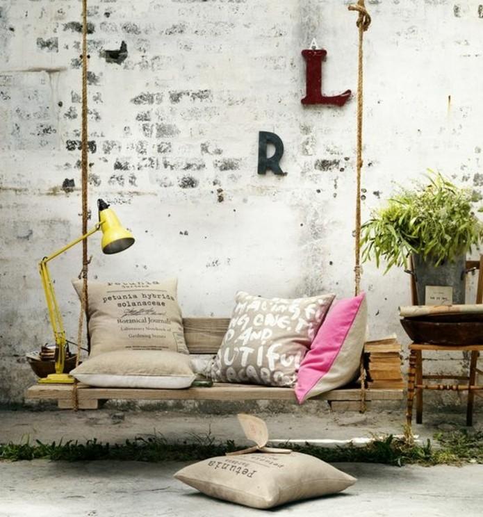 banc-en-palette-suspendue-deco-vintage-industrielle-coussins-rustique-chic-lampe-de-chevet-jaune