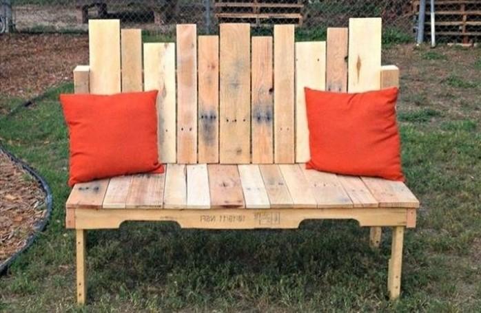 banc-palette-decomposé-deco-coussins-rouges-idee-amenagement-jardin-a-faire-soi-meme