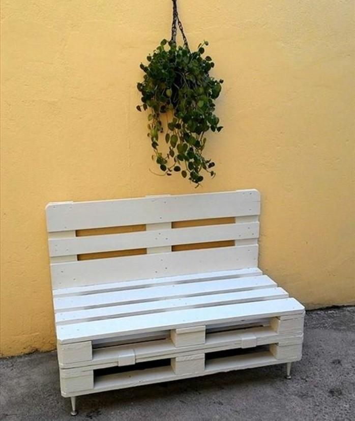 banc-palette-peint-en-blanc-style-mediterranéen-idee-comment-fabriquer-un-meuble-en-palette