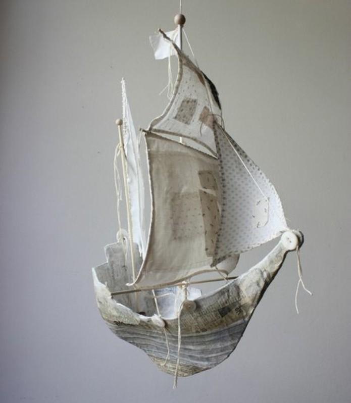 bateau-suspendu-papier-journal-recette-papier-maché-pour-fabriquer-une-decoration-a-faire-soi-meme-resized