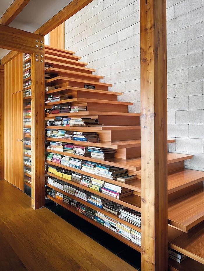 bibliotheque-dans-escalier-en-bois-etageres-livres-rangement-marches-idee