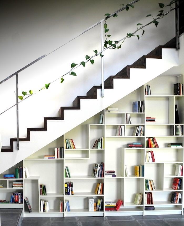 bibliotheque-en-escalier-ikea-bois-blanc-design-idee-deci-etageres-escaliers