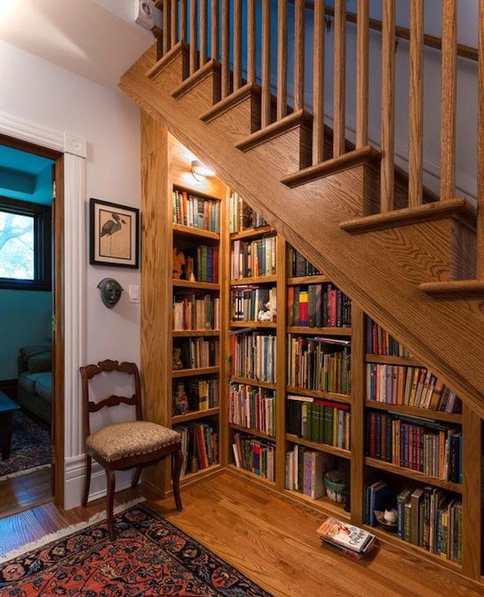 bibliotheque-escalier-sous-bois-massif-rangements-marches-etageres-murales-livres