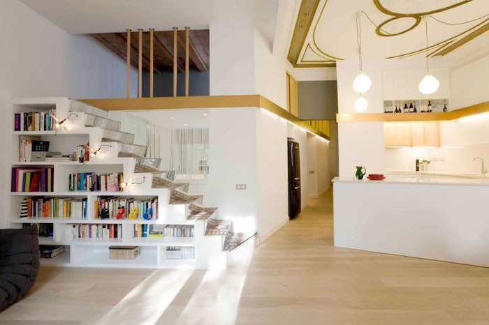 bibliotheque-sous-escalier-blanc-design-marches-verre-rangements-escaliers