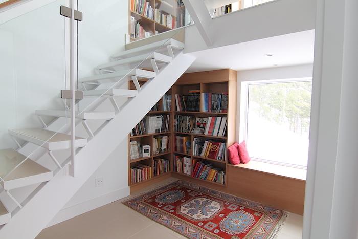 bibliotheque-murale-etageres-sous-escaliers-en-bois