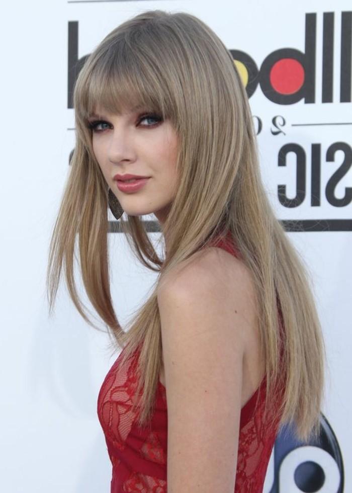 blond-cendre-coiffure-avec-frange-cheveux-lisses-robe-rouge