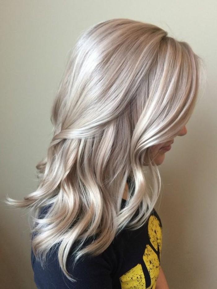 blond-cendre-meche-platine-et-cendre-dans-les-cheveux