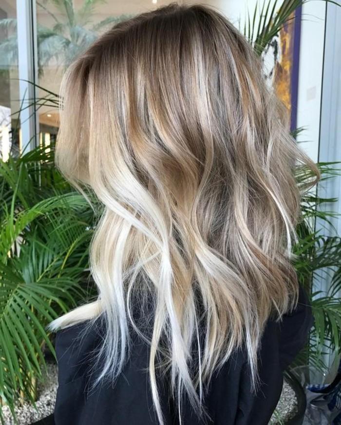 blond-fonce-cendre-carre-long-ondule-coupe-asymetrique