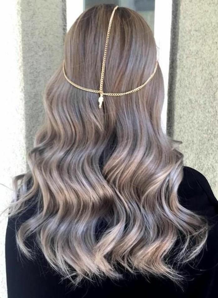 blond-fonce-cendre-cheveux-ondulants-et-longs