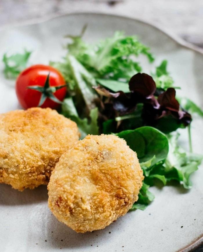 boulette-de-pomme-de-terre-apéritif-légèr-servir-avec-une-salade-verte