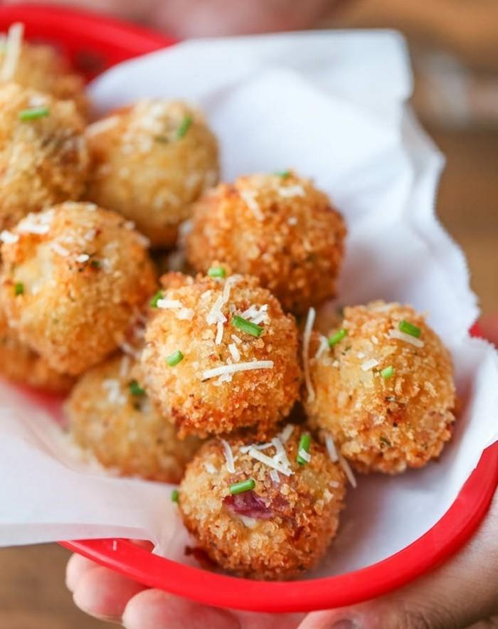 boulette-de-pomme-de-terre-décoration-avec-du-fromage-et-oignon-vert