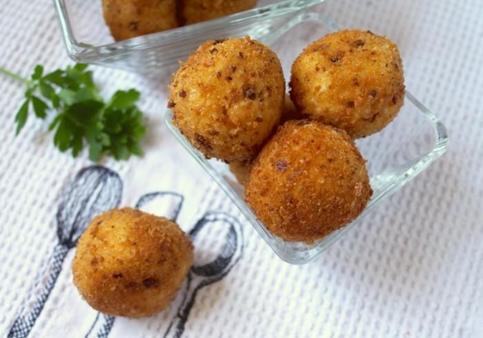 boulette-de-pomme-de-terre-garnies-avec-persil-pour-apérifif