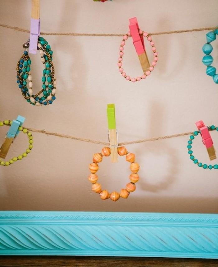 bracelets-suspendus-par-des-pinces-a-linge-en-bois-presentoire-bijoux-a-fabriquer-soi-meme