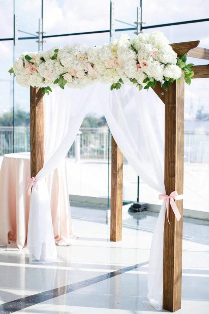 cérémonie-élégante-arche-florale-mariage-en-intérieur