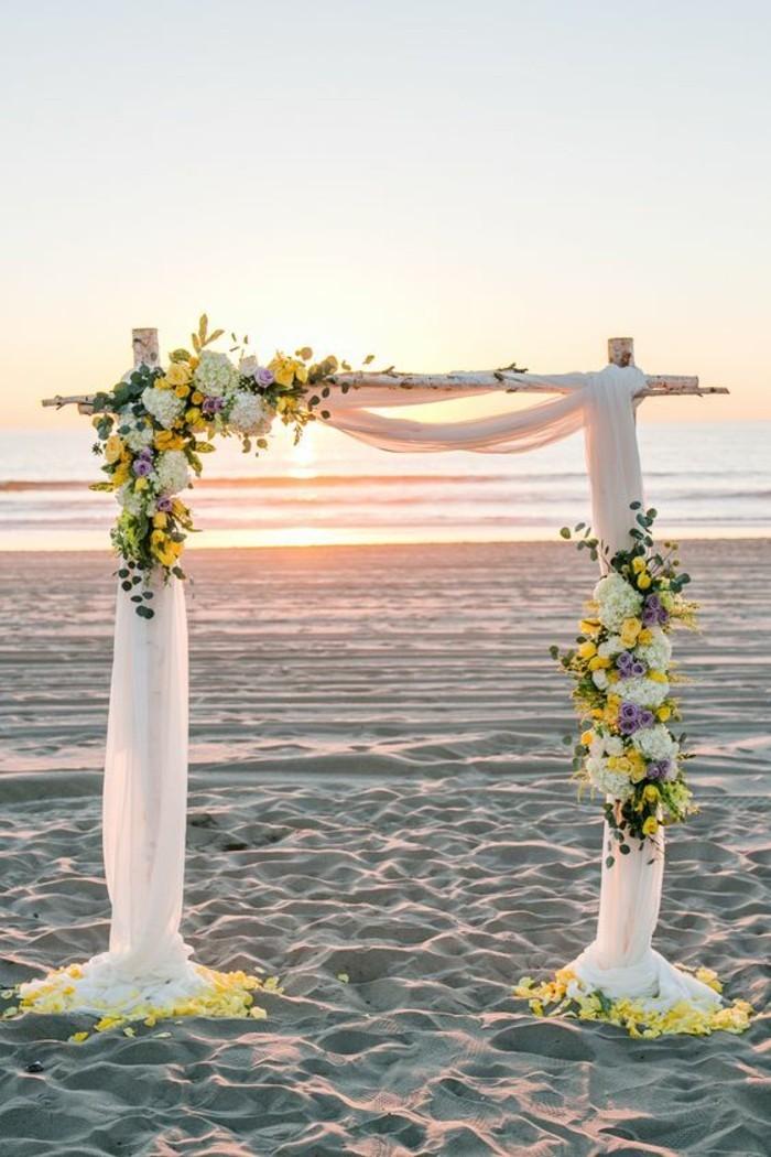 cérémonie-au-bord-de-mer-décoration-arche-mariage-en-tulle-fleurs