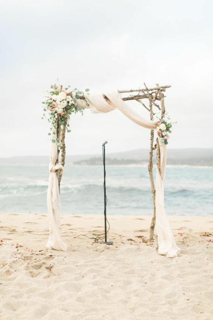 cérémonie-de-mariage-à-la-plage-arhce-de-mariage-en-bois