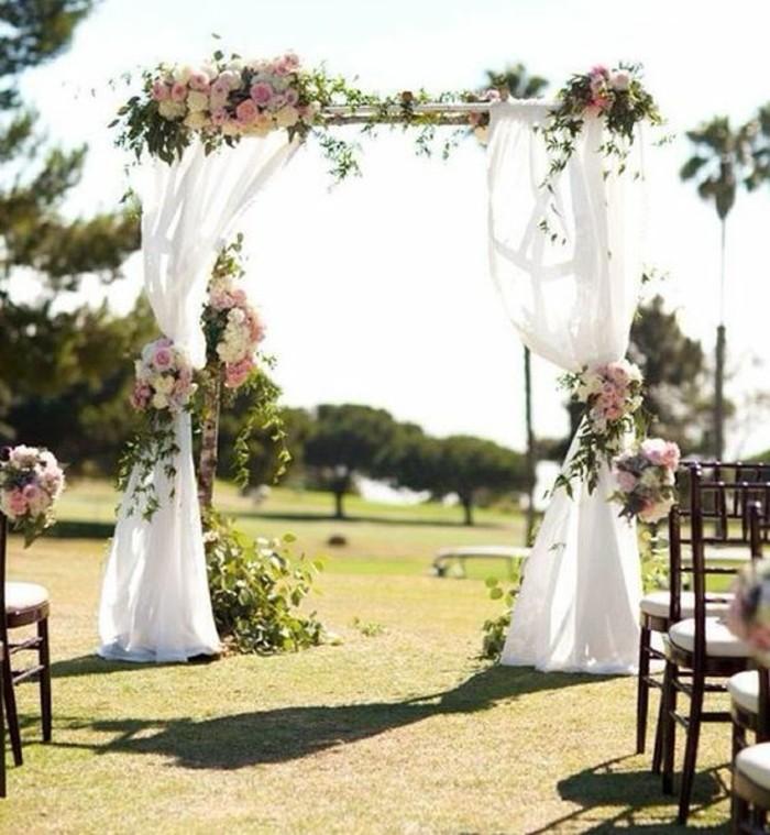 cérémonie-de-mariage-en-pleine-air-arche-mariage-en-tulle-bouquets-de-fleurs