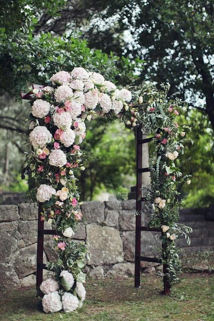 cérémonie-rustique-décoration-arche-mariage-florale